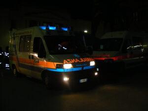 Auto impatta contro furgone nella notte: un morto e un ferito